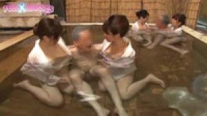 Un bain très relaxant pour ce papy japonais