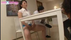 Sa belle mère en manque de sexe se touche à table devant lui