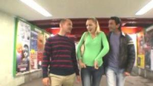Annette Schwarz chauffe deux hommes dans la rue pour un plan à trois