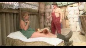 Une jeune fermière baise avec un vieillard dans l'étable