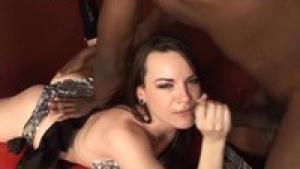 Dana aime bien sentir un gros penis black dans son vagin large