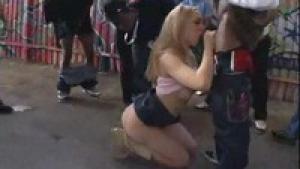 Annette schwarz se fait tourner dans la rue par une bande de lascars