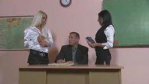 Etudiantes peu farouches sodomisée en double dans le bureau du directeur