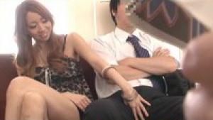 Deux chaudasses japonaises suce la bite d'un inconnu dans le train