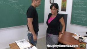 Lisa la prof salope écarte les jambes devant son élève en pleine salle de classe