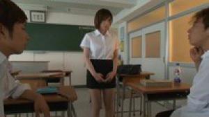 Saki Okuda montée par deux étalons dans la salle de classe
