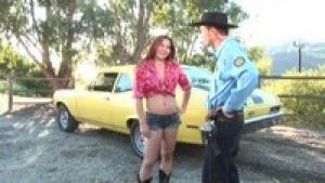 Daisy se fait punir par un flic sur le capot de sa voiture
