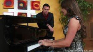 La meuf prend son pied avec son prof de pianot