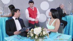 Rose monroe le couple de mariée baise dans la salle de reception