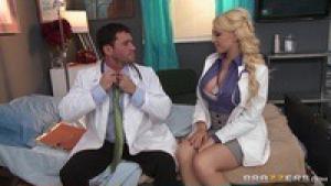 Kagney linn karter une docteur naive baisee par son patient