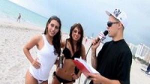 Interviewées sur la plage ces deux brunes bonasses baisent dures dans ce trio