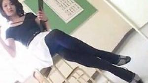 Une prof japonaise s'amuse à exciter la classe