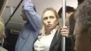 Blonde nympho se fait doigter dans le bus