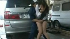 Japonaise innoncente se fait démonter par des mécanos dans un garage