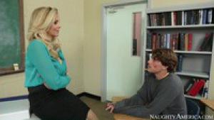 Une prof plantureuse se tape son élève dans la classe