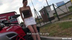 Une amatrice de moto accepte de sucer