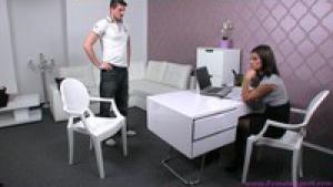 Kamil s'occupe bien des désirs de la secrétaire lors du casting