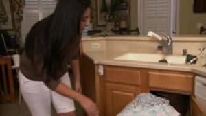 Une femme cougar se tappe le plombier
