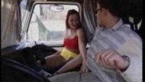 Denise suce un camioneur dans la cabine