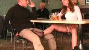 Etudiante salope et chaude en mini jupe saute sur la bite d'un jeune inconnu dans un bar