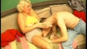 La blonde  mature est une veritable pompe a sperme