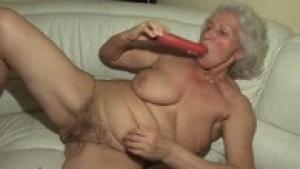 Super mamie se masturbe dans le salon sur videomature.cc