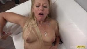 Elle est trop bonne cette mature blonde sur videomature.cc