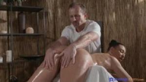 Elle se fait marteler le cul par un masseur pro