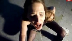 La pisse est dans la bouche est exellent pour les grosses putes sur pissingfetish.org
